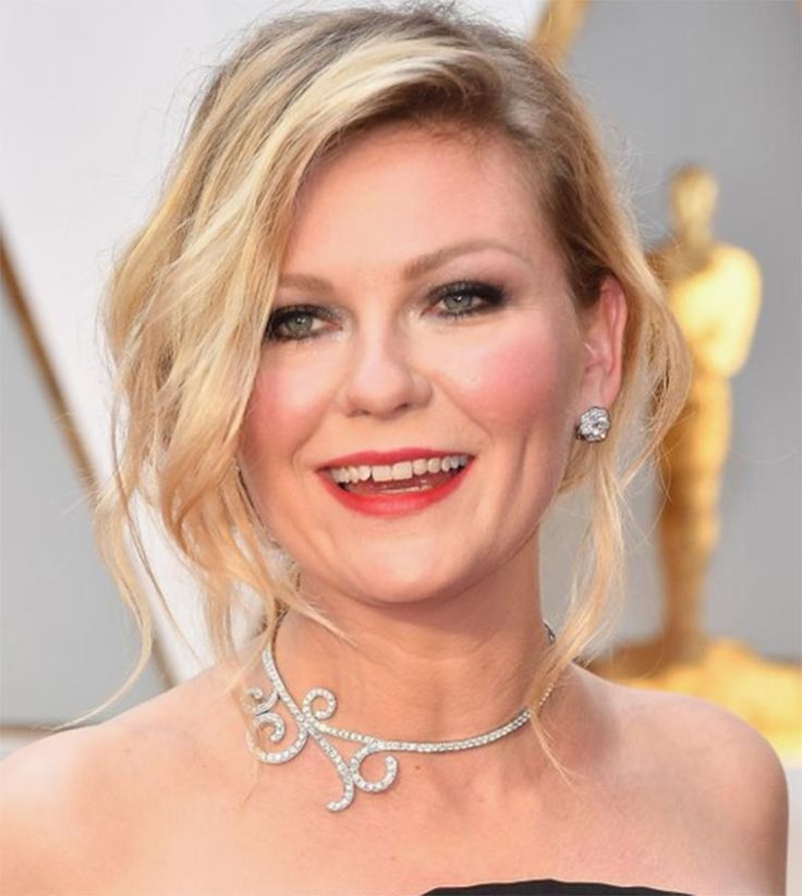 Kirsten Dunst wears a scrolled diamond collar by Nikawa to the 2017 Academy Awards