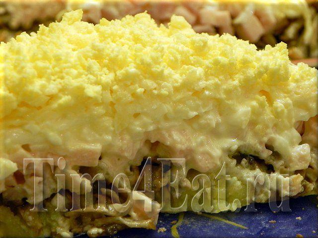 Салат с ветчиной, помидорами, сыром, грибами. картошкой