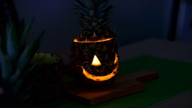 Cadılar Bayramı'nda balkabağı fenere alternatif olarak ananas fener yapılabilir. Bunun için ananasın içini tamamen temizlemek gerekiyor.  Ardından ananasa bıçak yardımıyla göz ve ağız çiziliyor. Ananasın içine küçük mumlar koyularak yakılıyor.