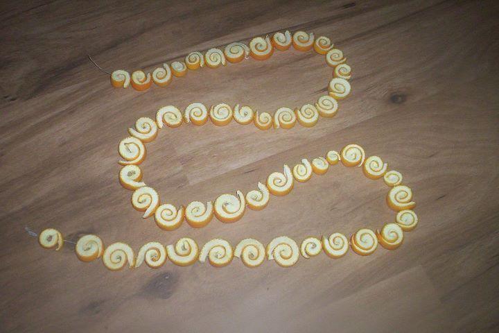 Řetěz z proužků pomerančové kůry a usušené