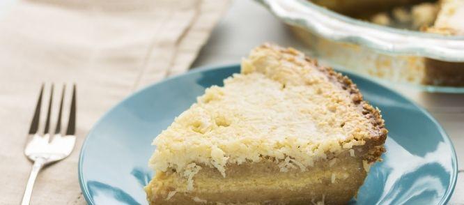 Een super heerlijke taart, bestaande uit luchtig suikerbrood gevuld met vanille crème. Deze taart wordt geheel bedekt met gekaramelliseerde kokos, en wordt...