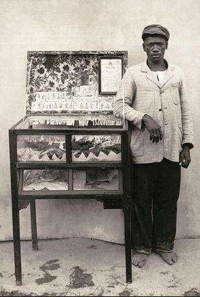 """Fotografia de Marc Ferrez - 1889 - Em algumas regiões, os escravos africanos foram divididos em três categorias: o """"bocal"""", que se recusou a falar Português, resistindo a cultura europeia, a """"ladino"""", que falava Português, e """"crioulo"""", o escravo que nasceu em Brasil. Geralmente, ladinos e crioulos recebeu melhor tratamento, o trabalho mais suave e perspectiva de mobilidade social."""