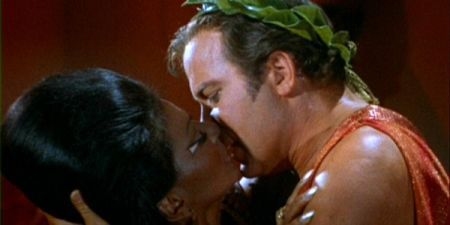 uhura-beija-kirk-star-trek-a-serie-original