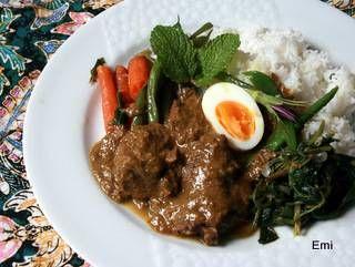 ビーフシチュー用の美味しい牛肉を手にしました。アジアン的なお料理を食べたかったのでまず泰料理のマスマンカレーと考えたのですが一寸懐かしいインドネシアのカレー ルンダンを作ることにしました。スパイスの宝庫の国らしい御料理です。要は気長に煮詰めるだけで美味しく出来上がるココナッツベ...