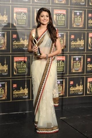 Aishwarya Rai Bachchan pictures, Jacqueline Fernandes, Indian wear, Sonam Kapoor   Vogue INDIA @Diario del Traje