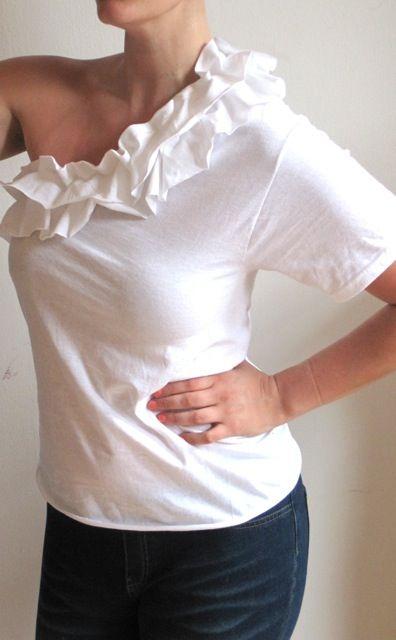 Diy: corta la manga y con lo que has recortado utilízalo para hacer el adorno de la camiseta