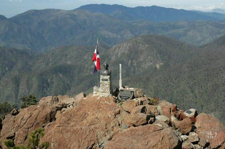 En la cima del pico Duarte se encuentra el busto del patricio Juan Pablo Duarte, asi como nuestra hermosa bandera tricolor.  Fotografia: Fuente externa.