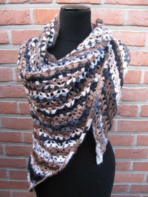 gehaakte driehoek sjaal bruinzwartwit van AtelierMyne op Etsy, €46.00
