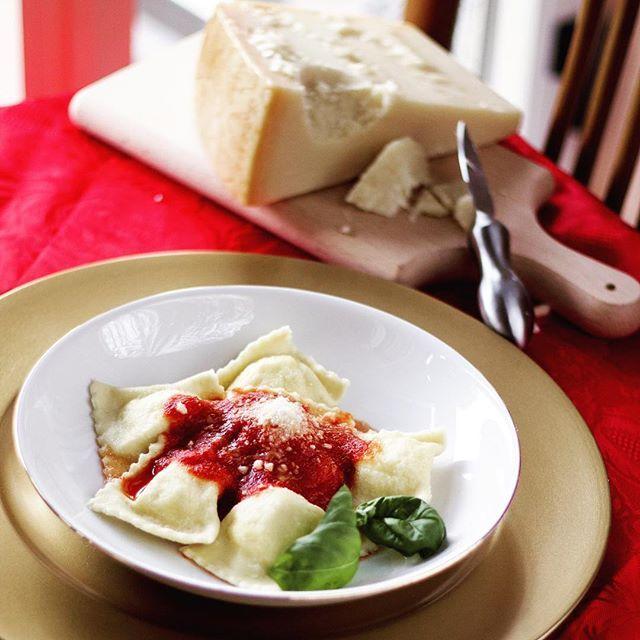 """I ravioli dolci sardi, anche detti """"cruxionis de arrascottu"""", racchiudono all'interno di una sfoglia di pasta tutta l'essenza della meravigliosa Sardegna. Scopriamo insieme la #ricetta! 🎄 #NataleConGranaPadano"""