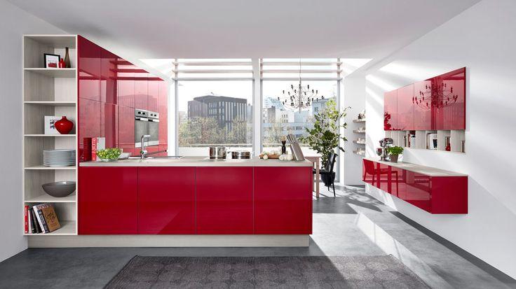 Culineo Einbauküche mit Miele-Elektrogeräten   rote grifflose Hochglanzfront   Korpus, Regale und Arbeitsplatte Katthult pinienfarben   Stellfläche ca. 300 x 345 cm (LxB) und 240 cm (B)   inklusive Miele Elektrogeräte