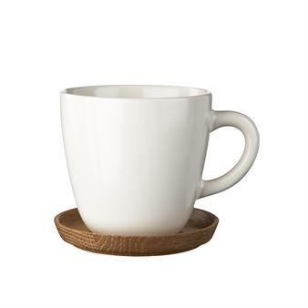 Diese neue Kaffeetasse von Höganäs Keramik besticht durch ihren charakteristischen Henkel und die weiche Formgebung. Lieferung inklusive Untersetzer aus Holz.