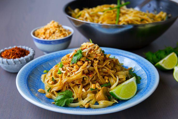 """Igår lyckades jag slänga ihop en magiskt god pad thai. Åh den blev så himla bra!! Receptet fick jag av en thailändsk försäljaresom jobbar i en asiatisklivsmedelsbutik, Thailaan Supermarket. Jag blev så glad när hon tog sig tid att visa mig runt i affären och förklarade detaljerat hur man lagar """"The best Pad Thai EVER"""". Jag fick till och med ett skrivet recept med mig hem, såunderbart. Jag gjorde lite förändringar i receptet jag fick från affären och det blev hur bra som helst. Jag…"""