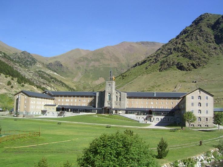Pic de l'Àliga - Núria. Situat a 2.120 metres d'altitud, al cor dels Pirineus orientals, és un lloc estratègic per fer-hi múltiples activitats relacionades amb l'excursionisme i els esports d'aventura o trobar-hi repòs.  A 131 km de Barcelona, a 216 km de Tarragona, a 109 km de Girona i a 215 Km de Lleida.  Típica construcció d'alta muntanya, amb grans espais comuns i acollidores habitacions amb vistes sobre la vall de Núria i els cims que l'envolten, la vall de Freser i la plana de Vic.