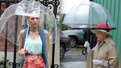 Serena di Gossip Girl si ripara dalla pioggia con l'ombrello della Regina d'Inghilterra