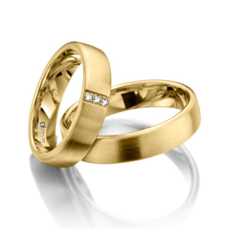 Perechea de verighete din aur galben de 14 K are finisaje mat satinate oferind delicatete si eleganta.