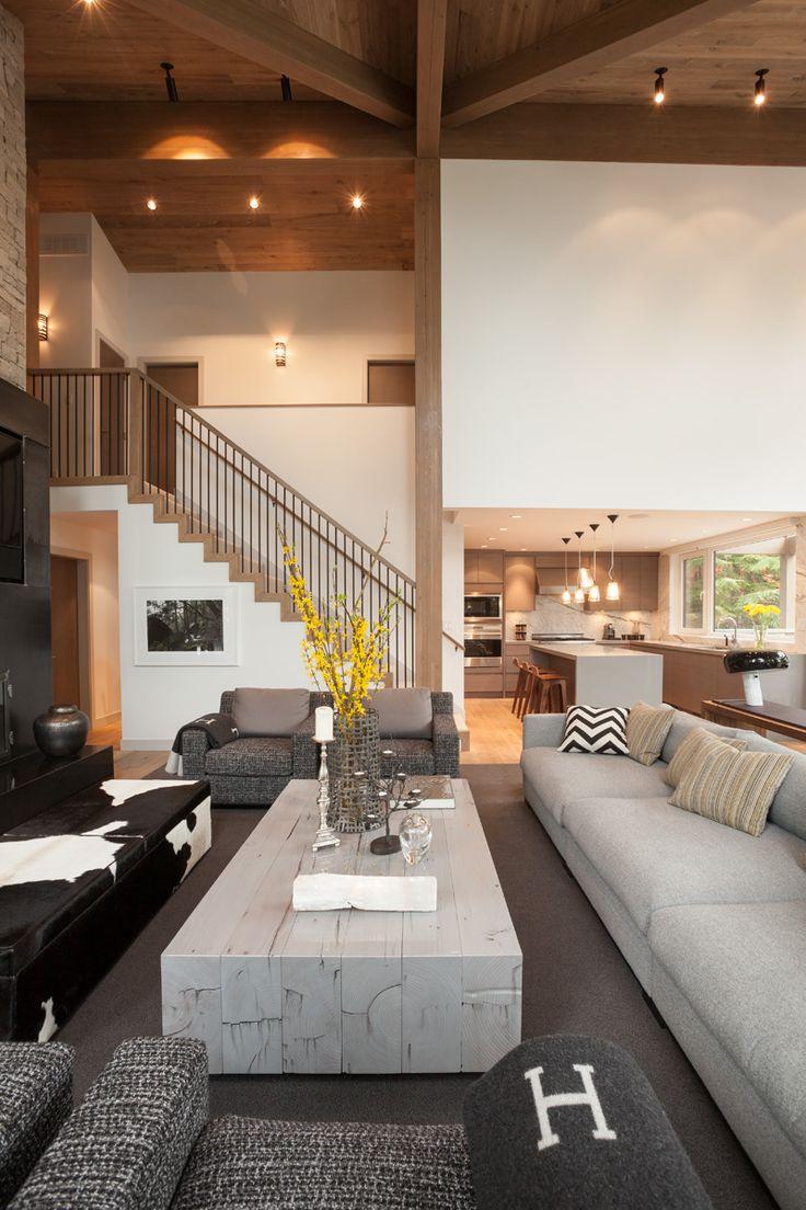 offener Wohnbereich mit Küche und Wände in Weiß und Holzverkleidung