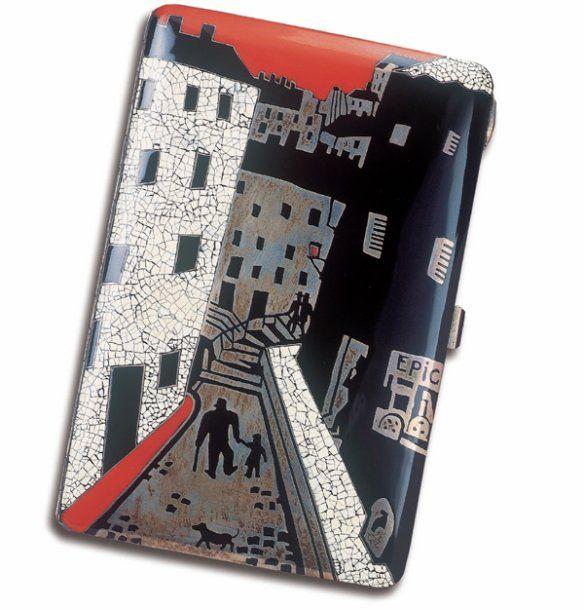 """SANDOZ Gérard Roger (1902-E)  Etui à cigarette en argent, laque et coquille d'oeuf, à décor d'une scène de rue parisienne représentant une rue pavée, des maisons, la silhouette d'un homme avec une canne, tenant un enfant par la main, un petit chien passant, en laque rouge et noir, incrustations de coquille d'oeuf sur fond en argent. Intérieur en vermeil. Ecrin en cuir vert. Signé """"Gérard Sandoz del."""" et """"G. Roger Sandoz"""". Longueur : 13 cmSilver, lacquer and egg-shell cigarette case…"""