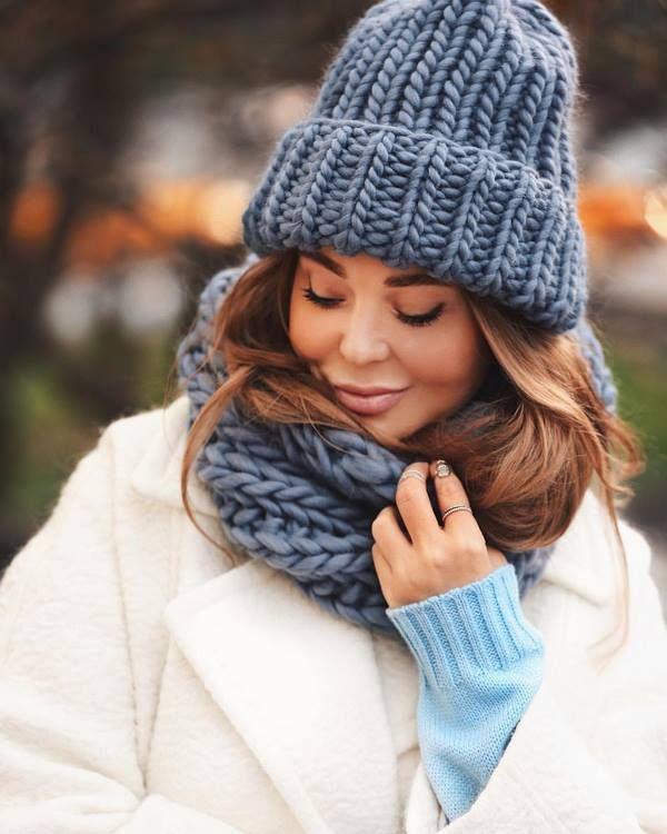 Женские головные уборы осень-зима 2020-2021: модные вязаные шапки, фото новинки и тренды | Модные головные уборы, Вязаные шапки, Зимние шарфы