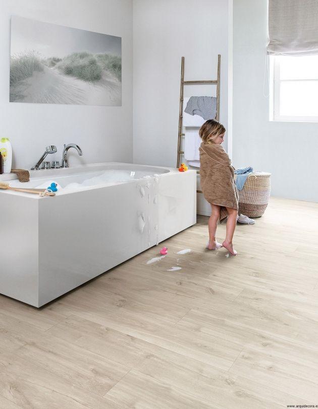 Elegante #baño decorado en color blanco y #suelo #vinílico de #madera #QuickStep resistentes al agua, las manchas y la humedad.