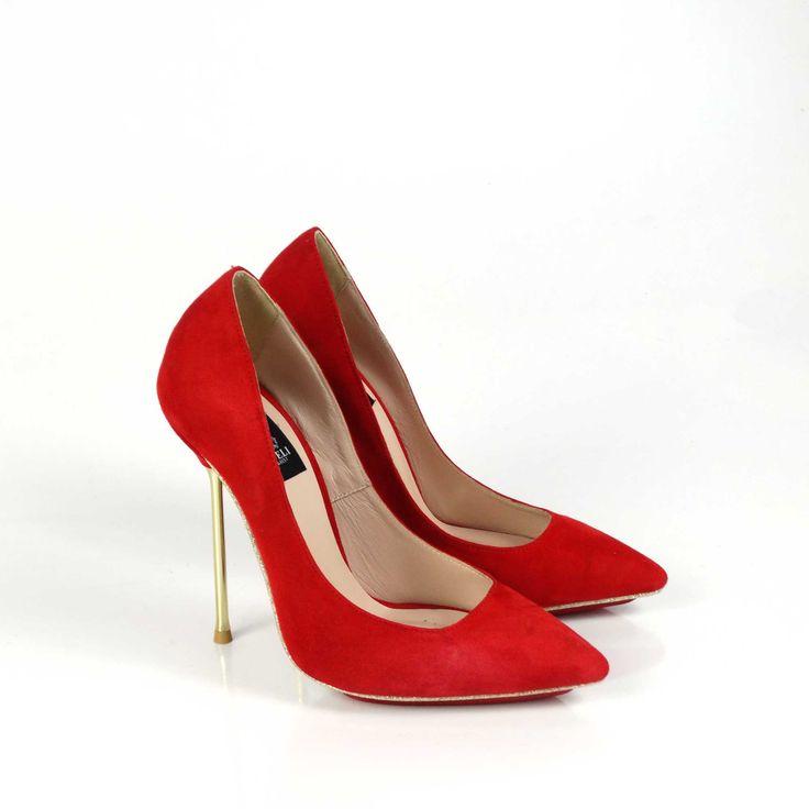 Pantofi de dama Mineli Electra Red sunt clasici, versatili și veșnic la modă. Realizați din piele naturală întoarsă roșu aprinsși toc subțire auriu și talpă îmbrăcată în glitter, aceștia completează perfect o ținută office sau una casual, oferindu-i un plus…