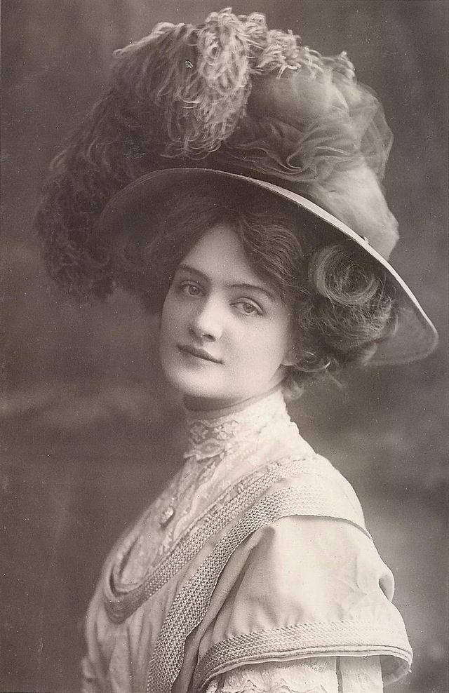 Lily Elsie , como Sonia en la producción 1907 de La viuda alegre - postal , matasellos octubre 1907