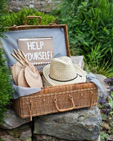 sombreros y abanicos para los invitados
