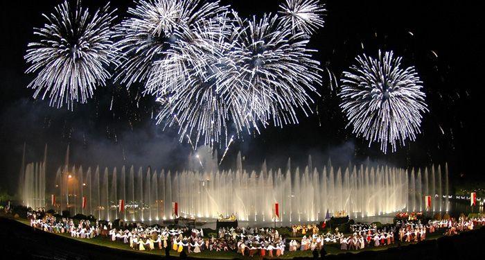 Un moment grandiose vous attend à la cinescenie du Puy du fou : le plus grand spectacle de nuit au monde !