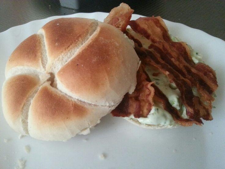 Kaiser broodje Met heksenkaas en ontbijtspek Lunch