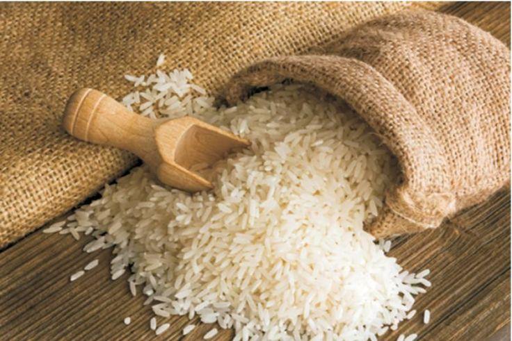 Το ρύζι μπορεί να καταπραΰνει την επιδερμίδα και να καθυστερήσει την εμφάνιση των ρυτίδων, ενώ παράλληλα καταπολεμά και τις κοκκινίλες.    Θα χρειαστείτε:  - Μια χούφτα ρύζι  - Νερό μέχρι να καλύψει το ρύζι  - 1 κουταλάκι του γλυκού μέλι  -