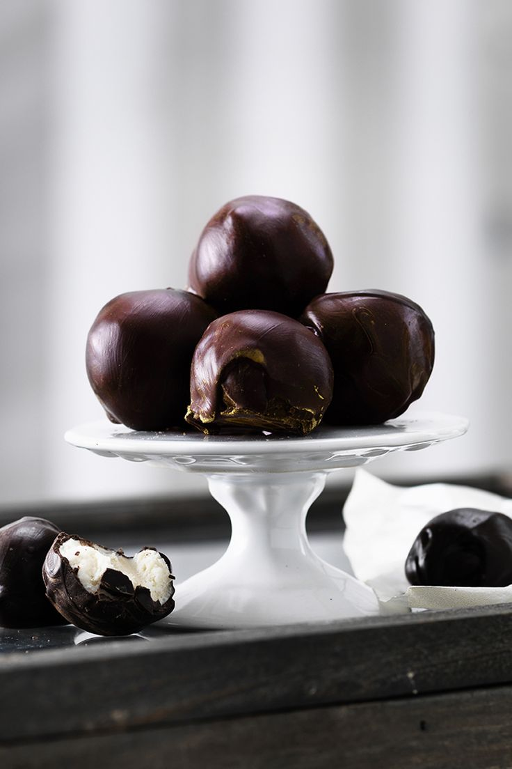Marzipan balls dipped in melted chocolate www.pandurohobby.com Christmas Sweets by Panduro #sweets #DIY #chocolate #candy #godis