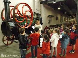 Musée de Vierzon visite avec des scolaires devant une locomobile SFV