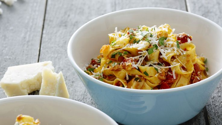 Denne uges hverdagsopskrifter er skønne middelhavsretter. Her får du opskriften på Pasta med tomater, chili og bacon