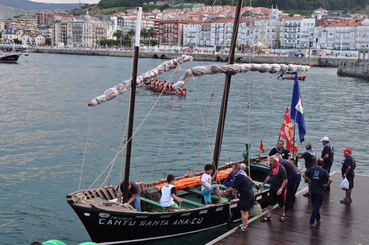Arrivée de la course de la Liga San Miguel de Traineras, les juges, port de Castro Urdiales, Costa Oriental, Cantabrie, Espagne. | par byb64