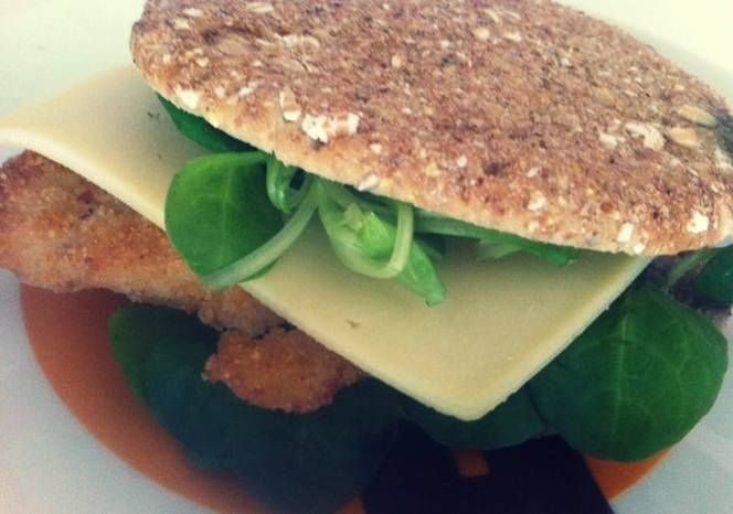 Sandwich de pollo empanado con queso, canónigos y salsa césar