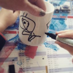 peinture sur mug tasse avec feutre pour porcelaine et verre marabu 72h de s chage. Black Bedroom Furniture Sets. Home Design Ideas