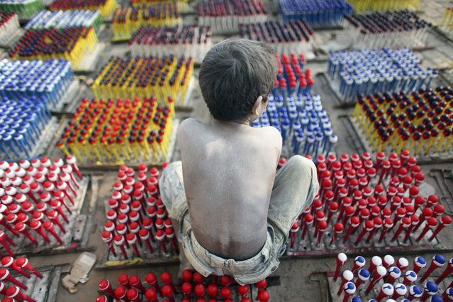 DIA MUNDIAL DEL TRABAJO INFANTIL Hridoy, 7, trabaja en una fábrica de globos en las afueras de Dhaka 26 de noviembre 2009. Cerca de 20 niños son empleados en la fábrica y la mayoría de ellos trabajan 12 horas al día.  El salario semanal es de 150 takas ($ 2,14) para los niños.  (Foto por Andrew Biraj / Reuters)