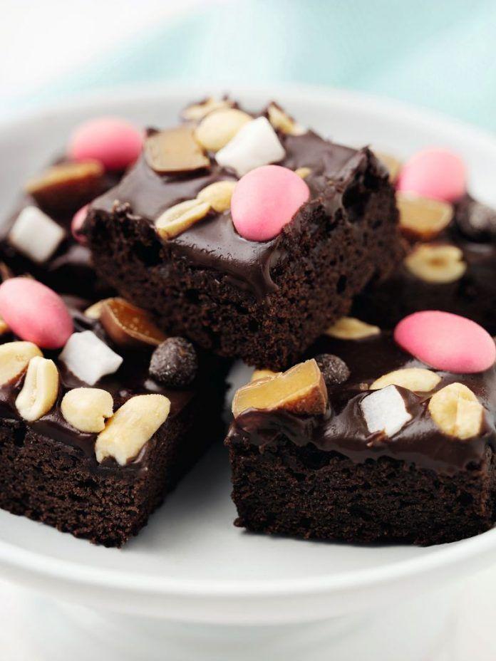 Rocky Road kage - Brownie-fyldig chokoladekage med lækker glasur, som kan pyntes efter smag og sæson. Her med påskeæg og karameller, men pistacienødder, mandler og marshmallows er også et hit