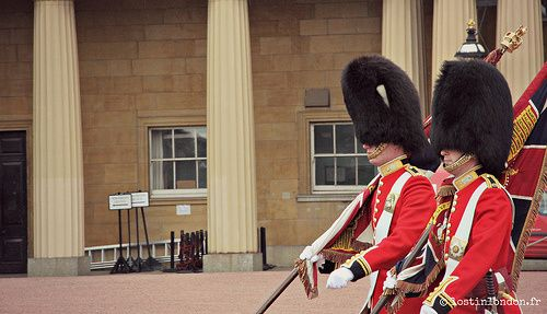 SEE - Essayer un des fameux chapeau en poils d'ours des gardes royaux en visitant le Guards Museum