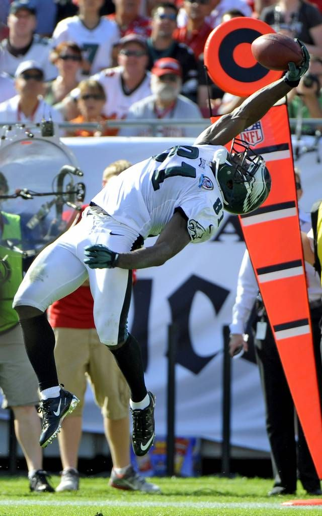 Philadelphia Eagles wide receiver Jason Avant makes a catch of a pass  during the second quarter of an NFL football game against the Tampa Bay  Buccaneers ...