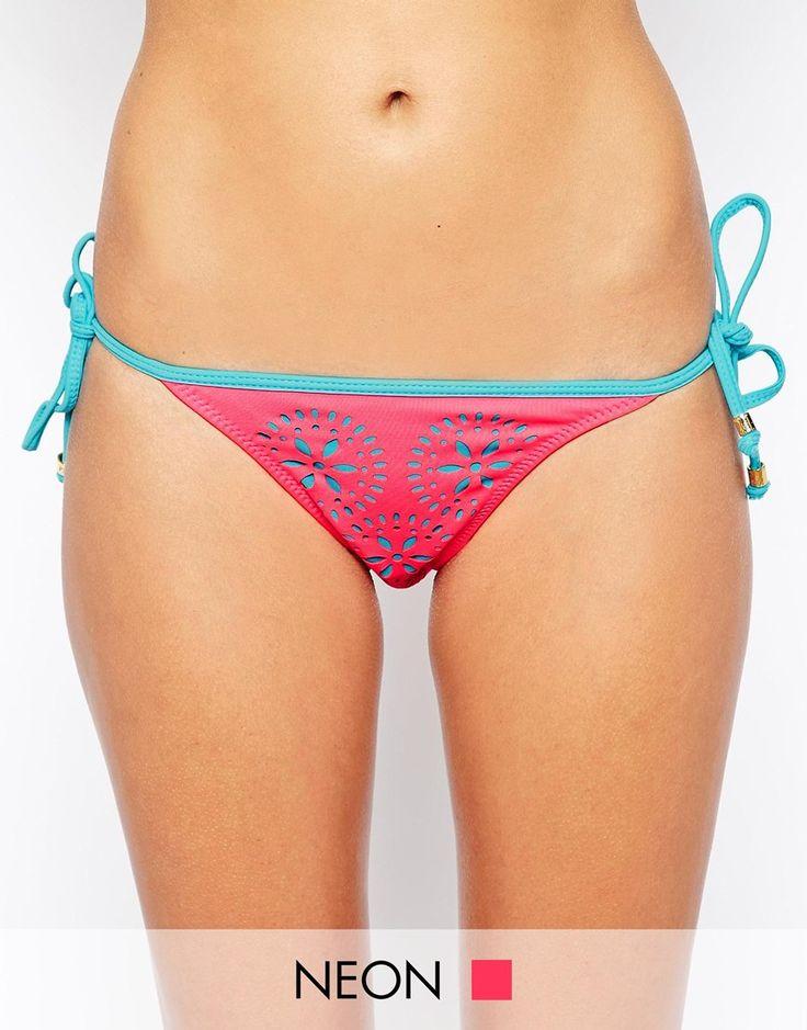 Bas de bikini par Phax Article fabriqué dans un tissu de bain stretch Taille basse Nœuds sur les côtés Lavage en machine 47% Nylon, 37% Polyester, 16% Élasthanne