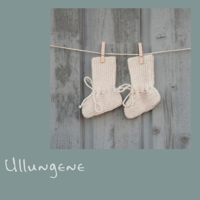 Kremhvite sokker som passer perfekt til små prinser og prinsesser i alderen 0 til 3 mnd. Sokkene er håndstrikket i nydelig myk babyalpakka, som ikke klør og som holder babyen varm på føttene. Les gjerne mer om våre strikkere i Peru og våre plagg på www.ullungene.no