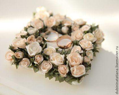 Подушка для колец от мастера dubinina tatiana. Теги: подушечка для колец, розы, цветы, свадьба, свадьба 2015, весна, торжество, ленты, атлас.