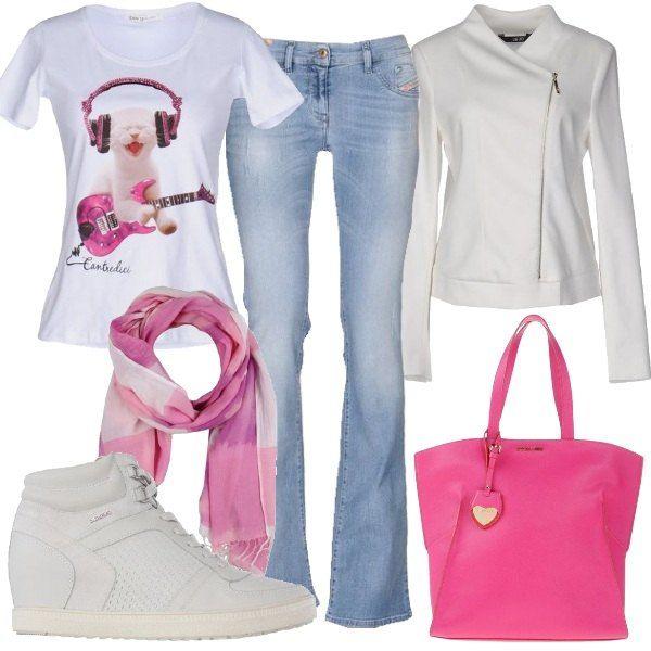 Outfit giovane e fresco composto da jeans bootcut, t-shirt con stampa e giacca con chiusura a cerniera. Completano il look la borsa a mano monocromo la sciarpa in cotone e le sneakers con zeppa rivestita.