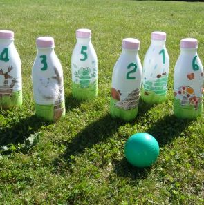 Jeu de quilles avec des bouteilles de lait - Ninepins (skittles) with milk bottles - Jeux et loisirs - Pure Famille