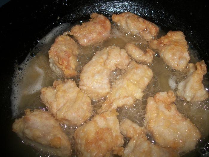 Никогда бы не подумала, что куриное филе может быть настолько сочным и мягким! Вот такое новое прочтение блюда в кляре!Попробуйте - убедитесь в этом сами! Куриное филе(грамм 700) нарезать на кусочки…