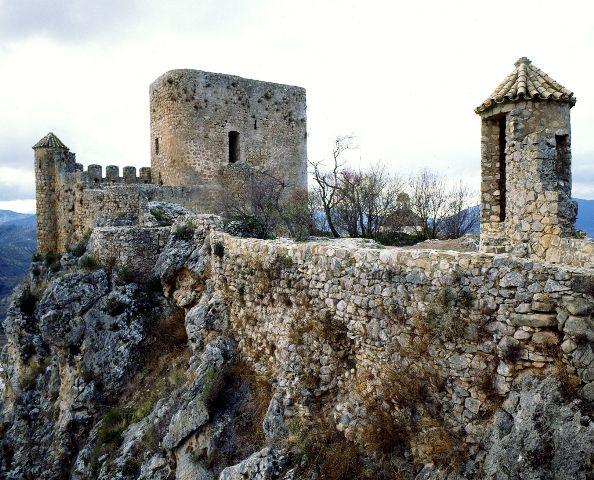 Castillo de Olvera.........parte de la cerca de murallas que rodea el barrio de la Villa.