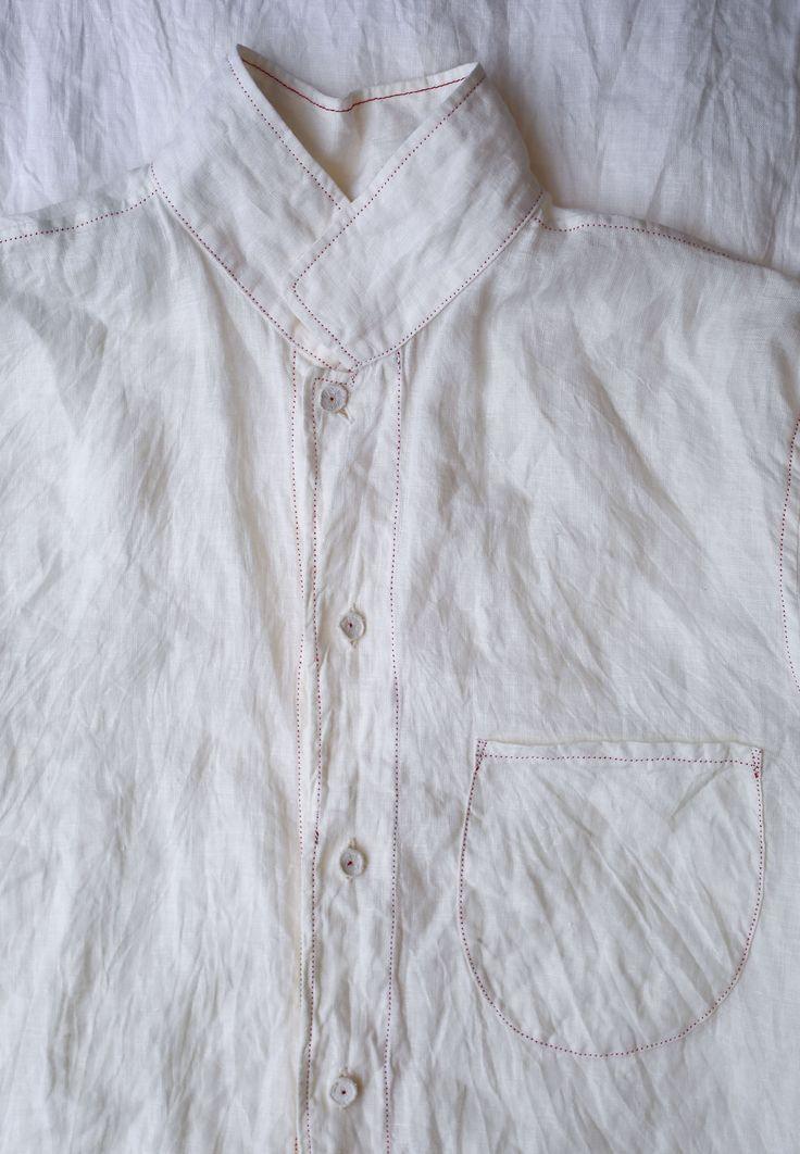 薄手で軽く、しわのあるリネンのシャツとショートパンツ。 ほかにはオレンジや白茶もあります。
