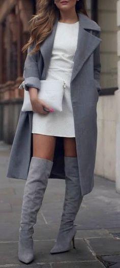 Een wit, strak jurkje met een lang grijs vest. Ook heeft ze dit gecombineerd met heel erg hoge laarzen tot over haar knieën