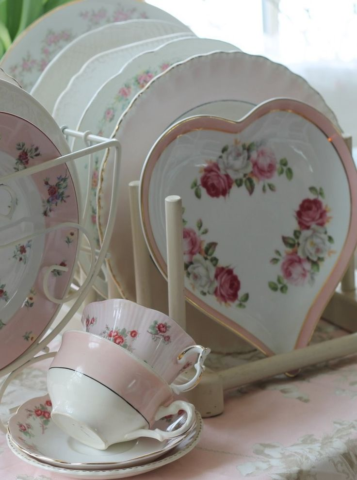 :: Shabby Chic  •••  I want that heart shaped bowl. An entire set like that, really.  :)