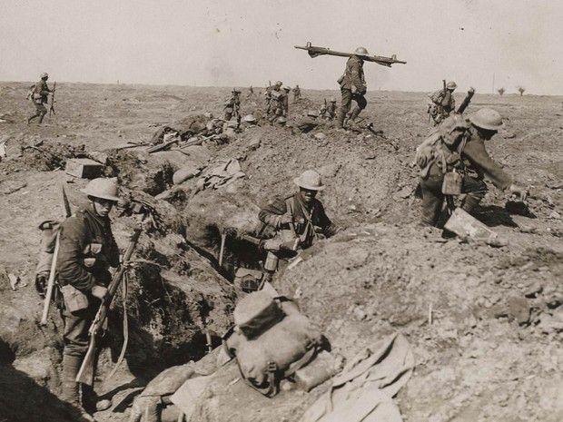 Tropas britânicas avançam durante a Batalha do Somme, em 1916 (Foto: Reuters/Archive of Modern Conflict London)